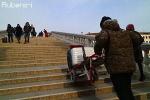 若いポーターが大きなスーツケースを駅まで運んでくれたので、階段もラクチン