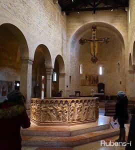 洗礼の儀式を行うサンジョバンニ イン フォンテ教会が隣接