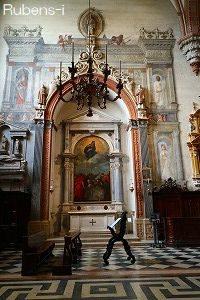 ドゥオーモ堂内 祭壇画の周りにフレスコ画