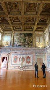 高いところに壁画があり、低いところは大理石でできた大広間