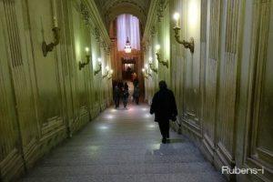 法王も通るというシスティーナ礼拝堂からサン・ピエトロ寺院へ通じる階段