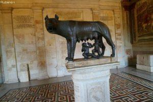 狼の乳を吸うロムルスとレムスの像