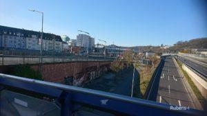 駅の反対側に行くための、線路の上を渡る大きな陸橋