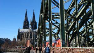 ケルン ライン川にかかるホーエンツォレルン橋 遠くにケルン大聖堂