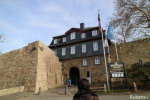 坂上にお城があります