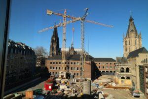 奥に見えるのが大聖堂。美術館へはこの工事中の横を通り抜けました。