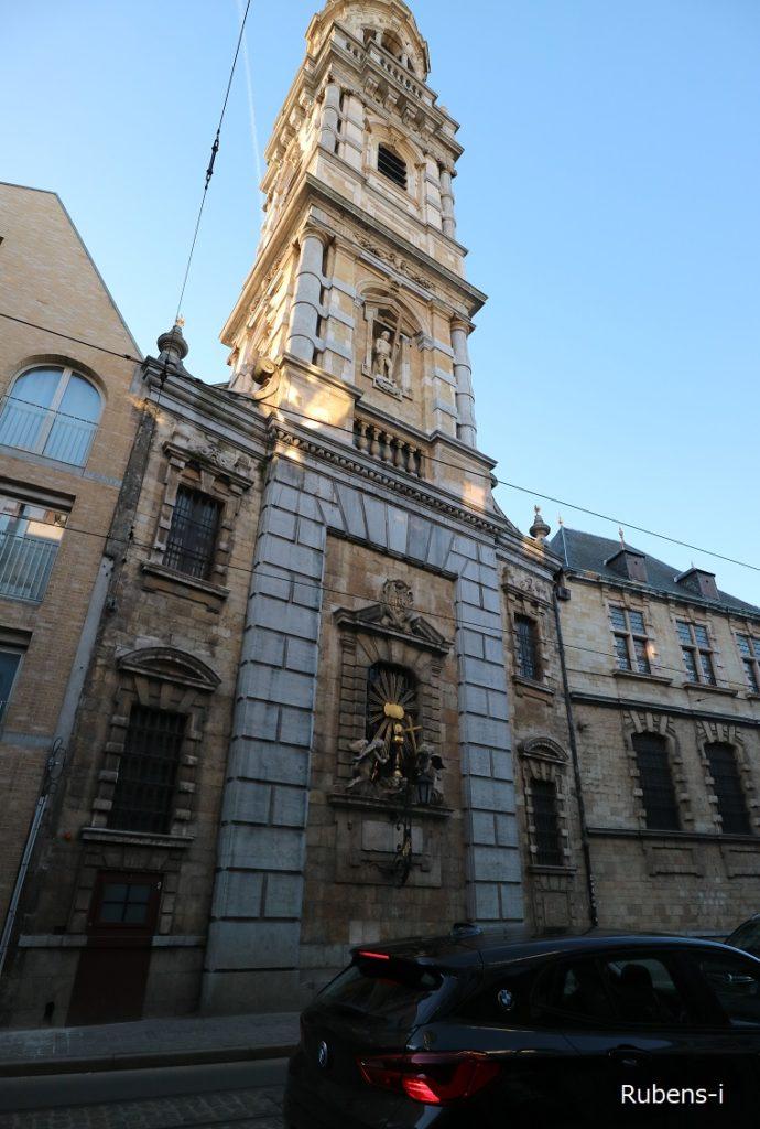 建物裏も豪華な聖カロルス・ボロメウス教会