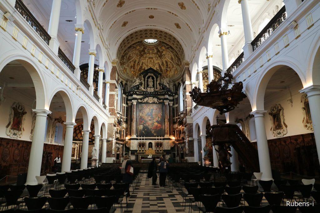 聖カロルス・ボロメウス教会内部
